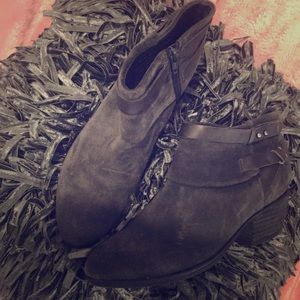 beautiful gray boots,perfect for this fall season